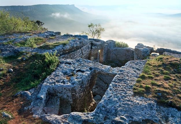 Ochtend bewolkt uitzicht vanaf de top van mangup kale - historisch fort en oude grot nederzetting op de krim (oekraïne)