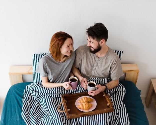 Ochtend binnenshuis ontbijt op bed