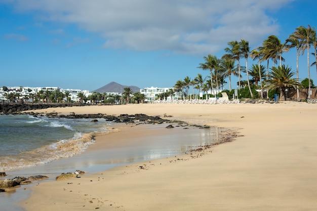 Ochtend eb op het strand in costa teguise. eiland lanzarote, spanje.