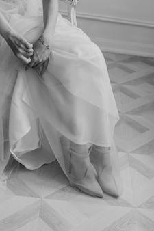 Ochtend en bijeenkomst van de bruid in een elegante jurk met de bruidegom