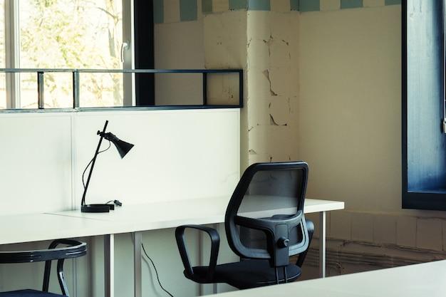 Ochtend in coworking. modern kantoorinterieur met meubels