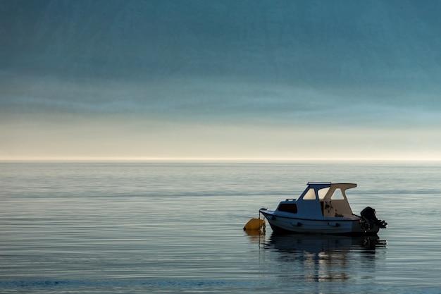 Ochtend in de baai van kotor. boot op de baai van kotor. montenegro.
