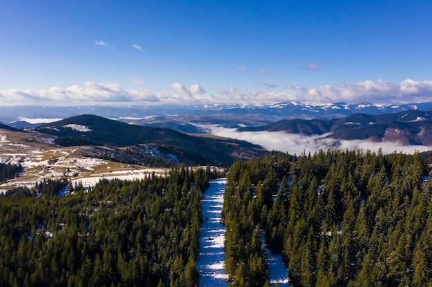 Ochtend in de bergen. karpaten oekraïne, luchtfoto.