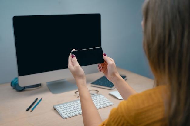 Ochtend in een creatieve studio grafisch ontwerp mock-up schermen bril pennen toetsenbord kantoor