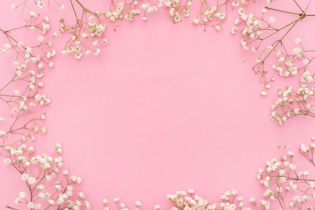 Ochtend kopje koffie, cake macaron, geschenk of huidige vak en bloem op roze tafel