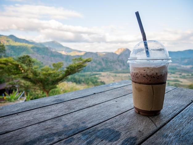 Ochtend kopje koffie op de houten tafel