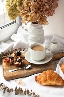 Ochtend ontbijt koffie en croissants