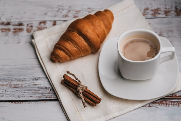 Ochtend ontbijt met koffie in een kopje en een croissant