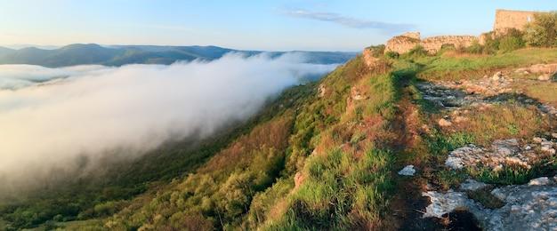 Ochtend panorama bewolkt uitzicht vanaf de top van mangup boerenkool - historisch fort en oude grot nederzetting op de krim (oekraïne). vier schoten panoramabeeld.