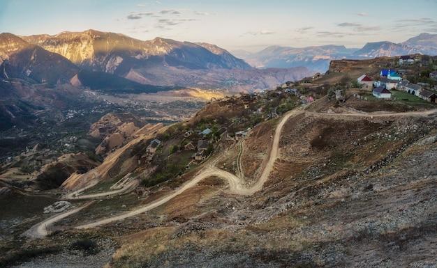 Ochtend panoramisch uitzicht op een bergdal met een kronkelige weg. matlas-kloof. dagestan.