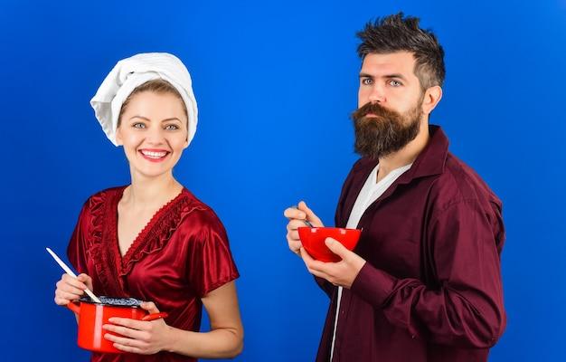 Ochtend routine. paar aan het ontbijt. reclame. stel. familie relatie. ontbijt. ruimte kopiëren. man en vrouw ontbijten samen.