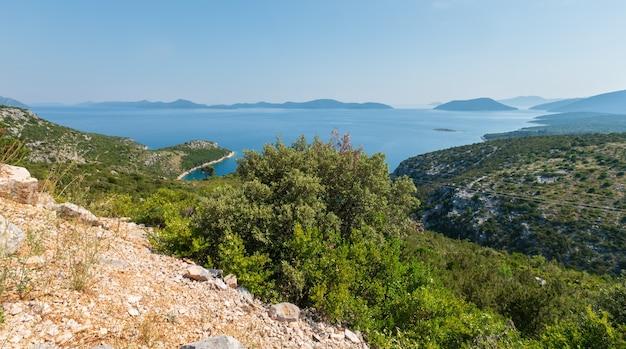 Ochtend wazige zomer uitzicht vanaf het schiereiland peljesac op de kroatische eilanden.
