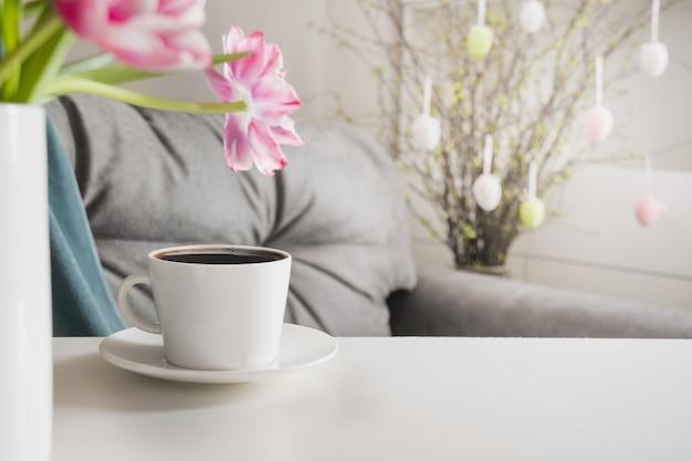 Ochtend zwarte koffie in de lente interieur. paasfeest planning