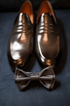 Ochtenddetails van een stijlvolle bruidegom met leren schoenen