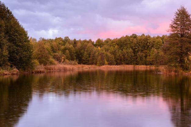 Ochtendherfstregen op een blauw meer in kazan. herfst landschap bij zonsopgang. rusland.