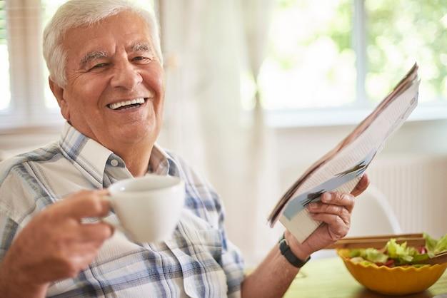 Ochtendkoffie en krant is een geweldige ontspanning