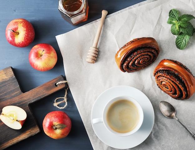 Ochtendkoffie - koffie en broodjes met maanzaad, appels en honing