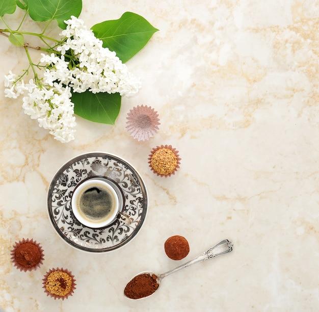 Ochtendkoffie met cakes en een tak van sering