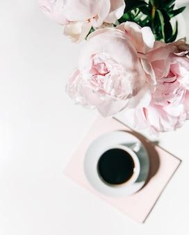 Ochtendkoffiemok met roze pioenrozen