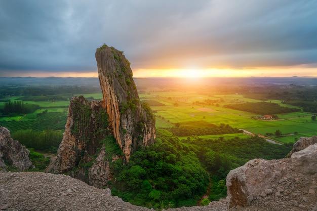 Ochtendlicht in de bergen van een oude steengroeve in zuidelijk thailand