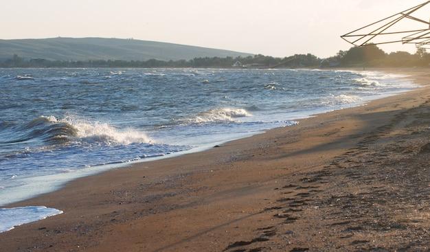 Ochtendnevel aan zeekust
