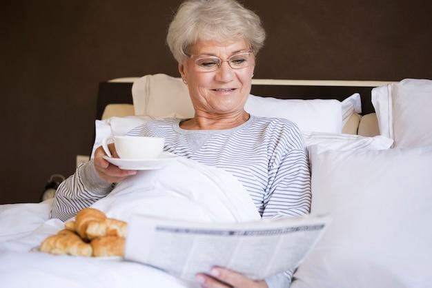 Ochtendnieuws in het bed