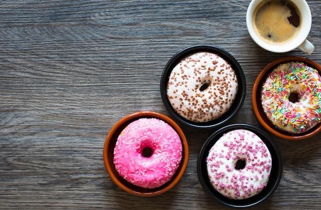 Ochtendontbijt met kleurrijke donuts en koffie