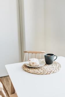 Ochtendontbijt met koffie en cake op tafel. minimaal interieurconcept.