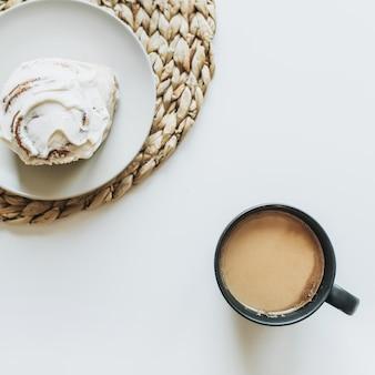 Ochtendontbijt met koffie en cake op witte lijst