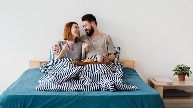 Ochtendontbijt op bed minimalistische slaapkamer