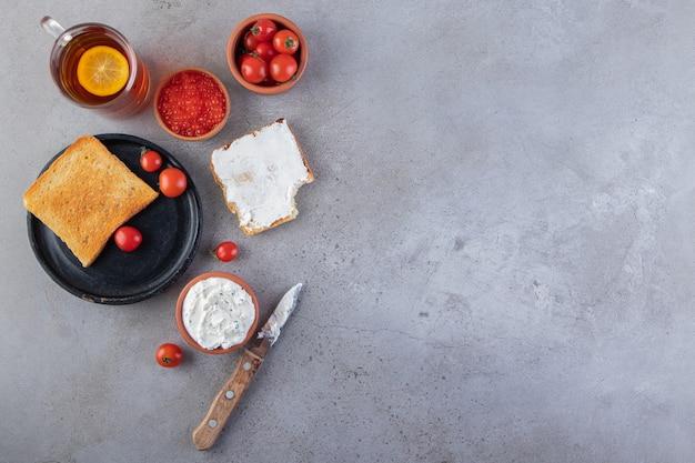 Ochtendontbijt op een marmeren achtergrond.
