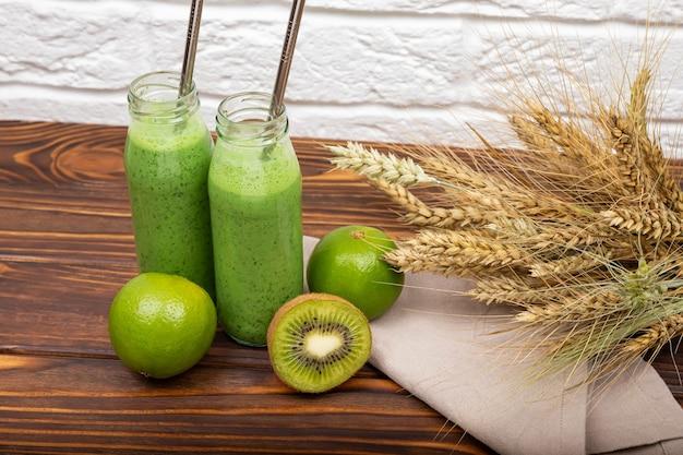 Ochtendontbijt voor een veganistische verfrissende groene zomersmoothie
