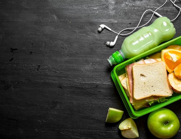 Ochtendpicknick. sandwiches een milkshake en fruit.