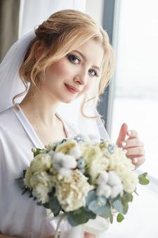 Ochtendportret van bruid die voor huwelijk voorbereidingen treffen