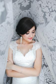 Ochtendportret van een mooie bruid met groot daglicht.