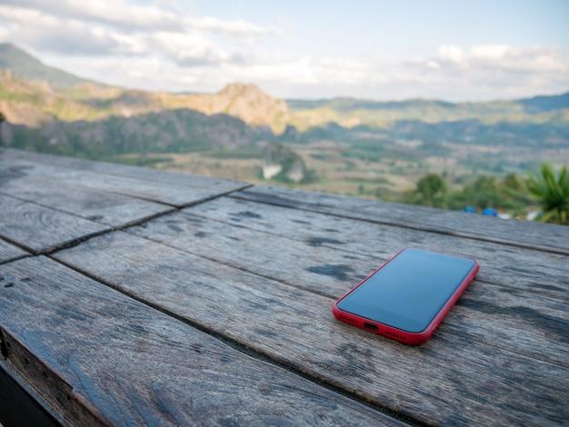 Ochtendsmartphone op de houten lijst