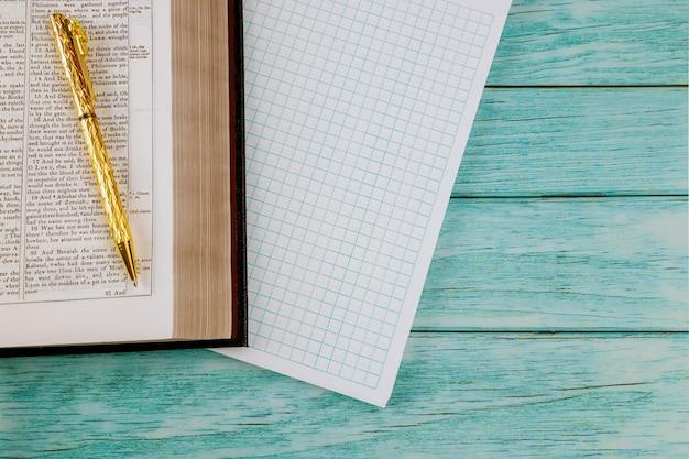Ochtendstudie met open bijbel met blocnote op houten