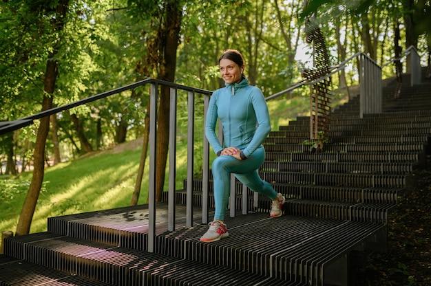 Ochtendtraining op trappen in park, sportieve vrouw