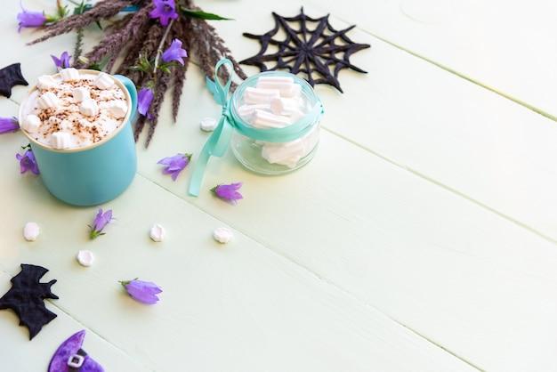 Ochtendvakantiekoffie voor halloween met marshmallows. bovenaanzicht kopie ruimte