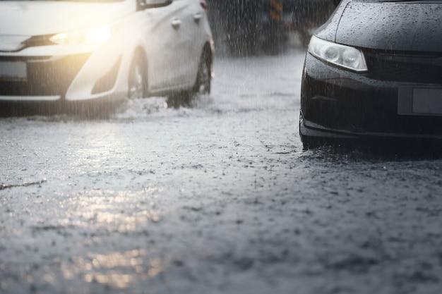 Ochtendverkeer op regenachtige dag met harde regenval en overstroming in de stad, selectieve focus.