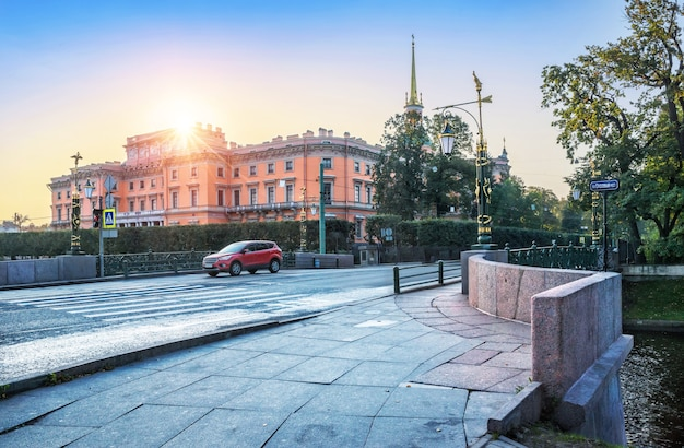 Ochtendzon over het mikhailovsky-kasteel in st. petersburg en een brede stoep