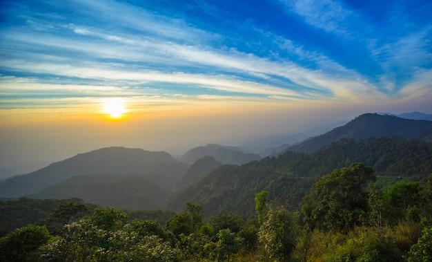 Ochtendzonsopgang bij de bergen van doi ang khang