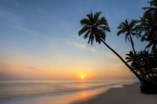 Ochtendzonsopgang bij één van de mooie stranden in thailand