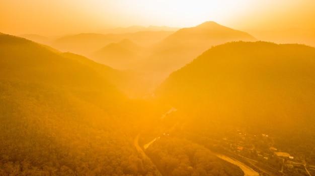 Ochtendzonsopgang over de bergen met een vage mist