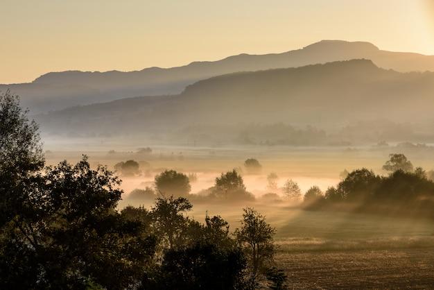 Ochtendzonsopgang over landelijk platteland landsacpe. landbouwgebied.