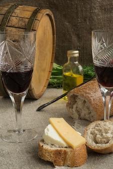 Octaaf, wijnglas, brood en kaas liggen op de loer