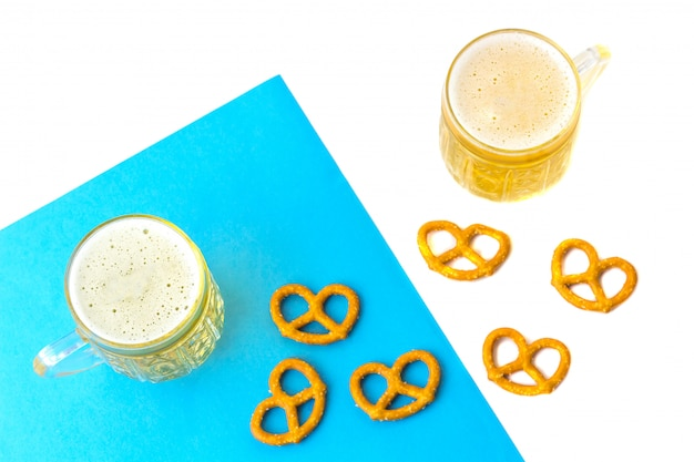 Octoberfest concept. bierpul met snacks van zoutpritzels, bretzel