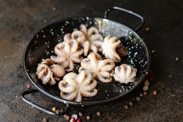 Octopus baby rauwe verse zeevruchten op tafel
