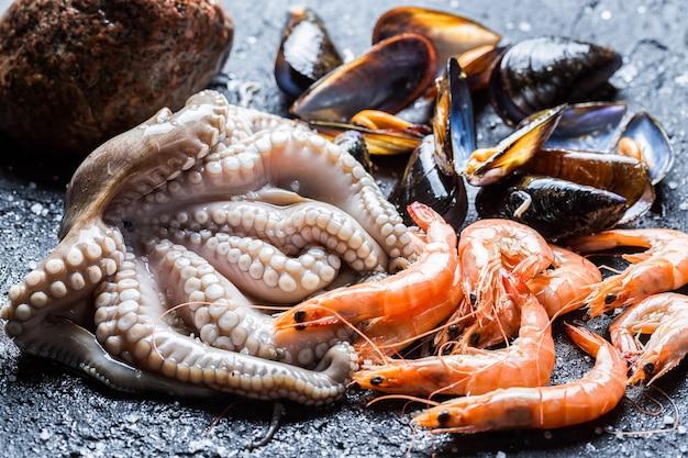 Octopus in de buurt van garnalen op de markt