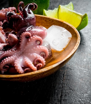 Octopus met stukjes sappige limoen.